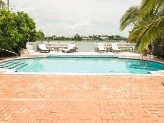 Waterfront Pool Home, 4 +bedrooms, Walk to Beach & Park - Miami Beach!