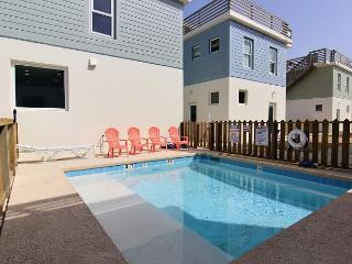 4 bedroom/3 bath home! In town, shared pool, roof top terrace!, Port Aransas