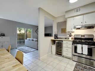 2BR/1.5BA Renovated Austin Townhouse, Walk to South Lamar, Sleeps 6