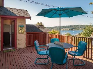 2BR Bay View Bungalow in Poulsbo – Walk to Quaint Downtown