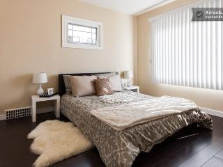 Private clean modern room near skytrain!, New Westminster