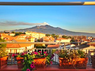 Romantic apt with private terrace and Etna view, Acireale