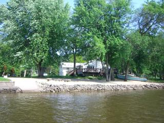 TIMEAWAY LODGE riverfront retreat sleeps up to 17., Rockford