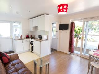 The Nest - Comfortable new-build apartment, St Just