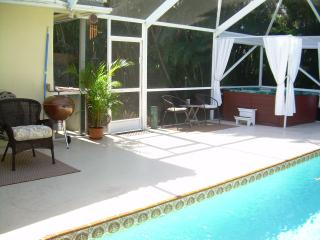 Tropical Pool Home with Deluxe Hot Tub~Sleeps 10!*, Boynton Beach