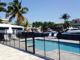 Waterfront, walk to beach, guest house, pool, Fort Lauderdale