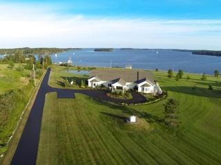 Spacious house with spectacular ocean view, Mahone Bay