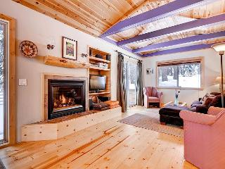Meticulously updated Meyers cabin with Tahoe charm & comfort-bring your dog!, South Lake Tahoe