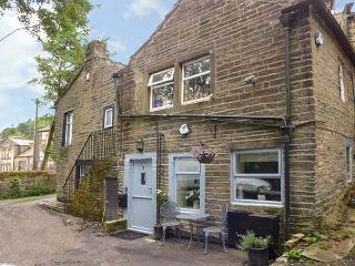 DOVE COTTAGE, ground floor, king-size bed, pet-friendly, romantic retreat, in Haworth, Ref 926599