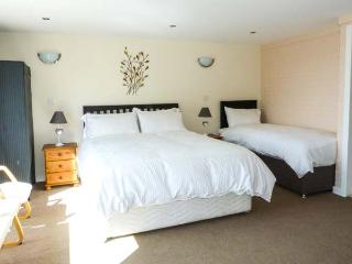 THE LODGE, detached, ground floor, WiFi, good for walking, near Loch of Lowes and Blairgowrie, Ref 922708