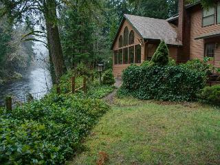 Clear Water Lodge on Salmon River-hot tub-WiFi, Brightwood