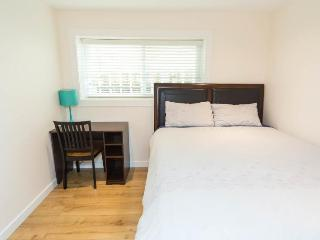 Beautiful private queen bedroom4 in great location, Vancouver