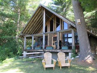 COZY ROMANTIC LOG CABIN | VERMONT | TWO BEDROOM | HIKING | SKIING | PRIVATE | ALL AMENITIES, Brandon