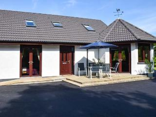 LITTLE CHESTNUT, private leisure suite with hot tub and sauna, BBQ hut, luxury accommodation, in Muir of Ord, Ref 915066