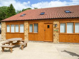 THE GRANARY, family-friendly, eco central heating, enclosed gravelled area, near Thirsk, Ref 19935