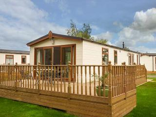FAIRWAY VIEW, detached, pet-friendly, on-site facilities, WiFi, nr Wisbech, Ref 920104