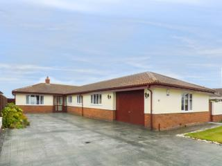 PENRHYN GRANGE, holiday bungalow, open fire, pet-friendly, access to beach, near Llandudno, Ref 922430