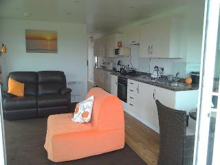 Compact, Modern Apartment With Balcony - Countrysi, Ferryside