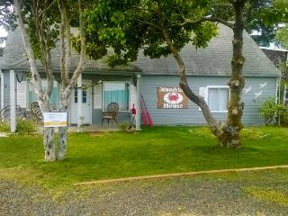 Charming bayfront, pet-friendly house with hot tub!, Waldport