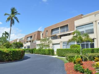 This beautiful Park Shore condo awaits you!, Naples