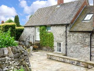 HALLCLIFFE COTTAGE, romantic cottage with woodburner, WiFi, king-size bed, garden, close to cyling and walks in Parwich, Ref. 25949