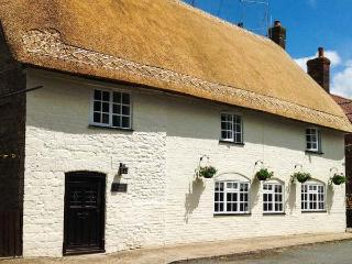 NETHERWAY FARM HOUSE, thatched, character cottage with WiFi, Smart TV, character features, pet-friendly Grade II listed cottage in Okeford Fitzpaine, Ref. 914754