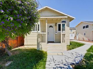 Sunny and Modern 2 BR Bungalow, Redwood City