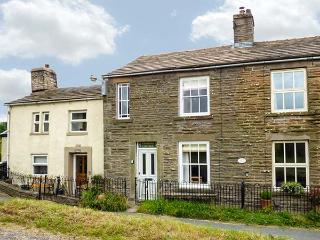 PRIMROSE COTTAGE, multi-fuel stove, open fire, pet-friendly, WiFi, near Hawes, Ref 923854