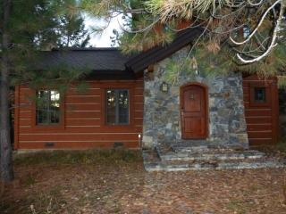 Lovely cottage with very private back deck for your hot tub enjoyment., Donnelly