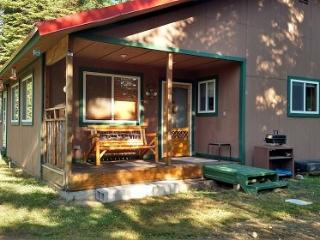 Wonderful cozy cabin tucked into the tall trees, very close to beach and boat launch., Donnelly