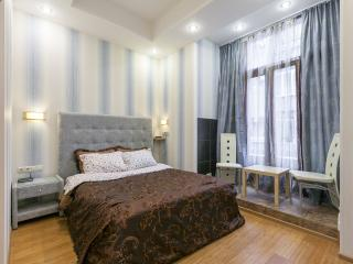 Tverskaya 2-rooms. 2 minutes from metro station., Moscow