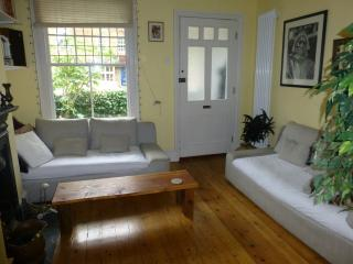 Private double room in Hampton character cottage