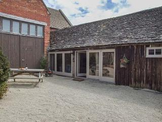 THE DAIRY, semi-detached, off road parking, shared indoor heated pool, in Cirencester, Ref 30808