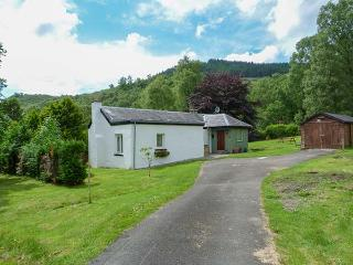 THE SHEILING, woodburning stove, zip/link beds, garden with furniture, near Callander, Ref 912475