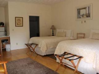 Great Carriage House w 2 Queen Beds, Ipswich