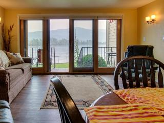 Lakefront condo w/dock slip, pools & sports courts!, Sandpoint