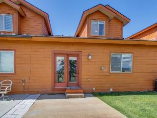 Great townhome with mountain views & an outdoor firepit!, Donnelly