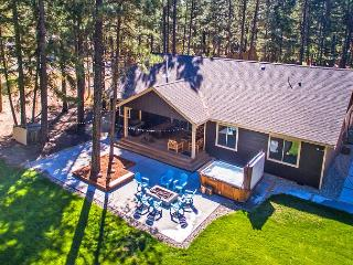 Tamarack Lodge - New!  4BR | Hot Tub | WiFi, Ronald