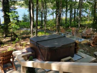 Lakefront house with hot tub & wood fireplace, Pocono Mountains Region