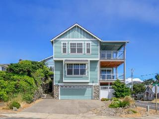 Upscale oceanview home w/private hot tub and room for 10!, Lincoln City