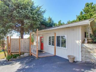 Perfect oceanview cottage w/ hot tub & easy beach access, Lincoln City
