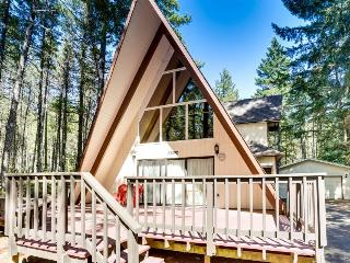 Lovely cabin with private hot tub, room for eight, pets!, Welches