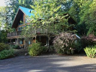 Quiet dog-friendly cabin w/private hot tub, space for 14!, Welches
