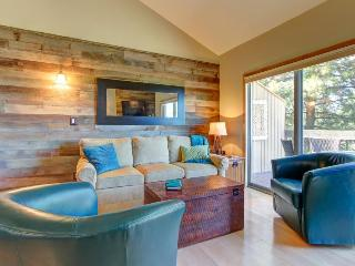 Modern resort condo w/sleek interior design & private patio, Bend