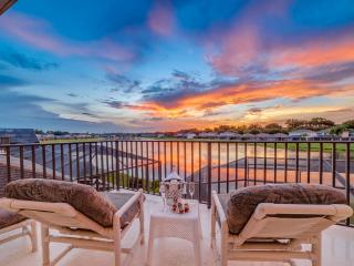 Wow! 5 Bed Lakeside, 4 Miles 2 Disney with Hot Tub, Kissimmee