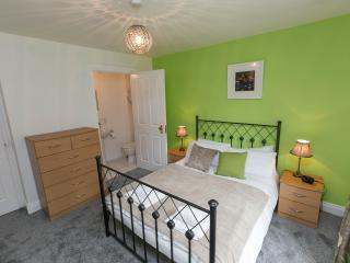 Apt with parking sleeps up to 6 WIFI well located, Belfast
