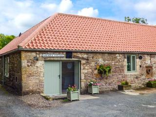 SAWMILL COTTAGE, ground floor, open plan, woodburning stove, WiFi, near Belford, Ref 903727