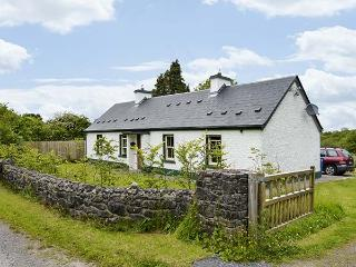 ARDNEESKAN COTTAGE, single-storey, two solid fuel stoves, pet-friendly, in Riverstown, Ref 925408