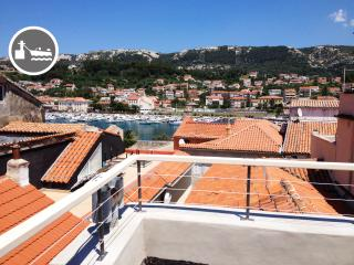 Old town apartment with rooftop terrace/port view, Rab Town