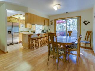 Quiet, family-friendly home w/space for 10, SHARC access, Sunriver